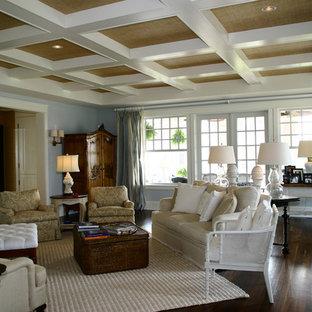 他の地域の大きいエクレクティックスタイルのおしゃれなファミリールーム (青い壁、濃色無垢フローリング、標準型暖炉、レンガの暖炉まわり、壁掛け型テレビ、茶色い床) の写真
