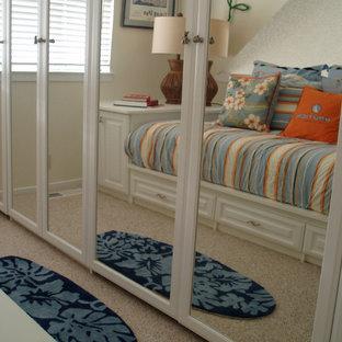 Ispirazione per un piccolo soggiorno classico chiuso con pareti beige, moquette, nessun camino e nessuna TV