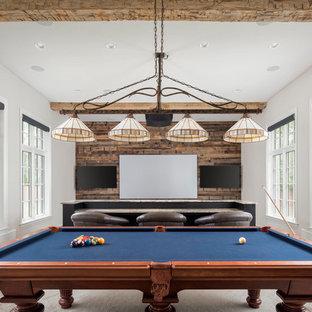 Diseño de sala de estar abierta, de estilo de casa de campo, grande, con paredes beige, moqueta y suelo beige