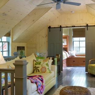 Imagen de sala de estar tipo loft, rústica, con paredes beige