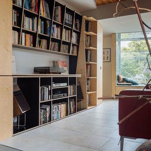 Foto de sala de estar con rincón musical abierta, minimalista, pequeña, con paredes blancas y suelo de baldosas de porcelana