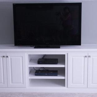 Aménagement d'une salle de séjour classique de taille moyenne et fermée avec un mur vert, moquette et un téléviseur indépendant.