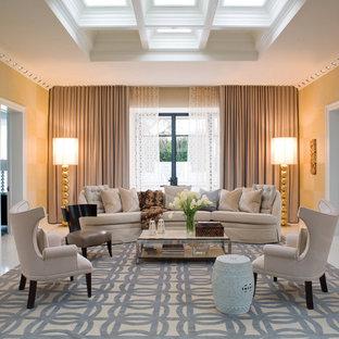 Imagen de sala de estar contemporánea con paredes beige
