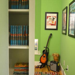 Idées déco pour une petit salle de séjour contemporaine fermée avec une salle de musique, un mur vert, un sol en bois brun et aucun téléviseur.
