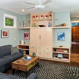 Modelo de sala de estar abierta, contemporánea, pequeña, con paredes azules, suelo de cemento y pared multimedia