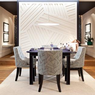 Imagen de sala de juegos en casa abierta, actual, grande, sin chimenea y televisor, con paredes blancas y suelo de madera en tonos medios