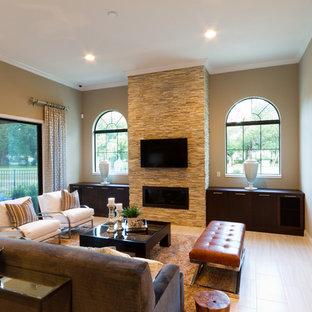 オーランドの大きい地中海スタイルのおしゃれなファミリールーム (ホームバー、茶色い壁、磁器タイルの床、横長型暖炉、石材の暖炉まわり、壁掛け型テレビ) の写真