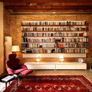バルセロナの中サイズのインダストリアルスタイルのおしゃれなファミリールーム (無垢フローリング、ライブラリー、茶色い壁、暖炉なし) の写真
