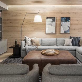 Maritimes Wohnzimmer mit brauner Wandfarbe, hellem Holzboden, Multimediawand, beigem Boden und Holzwänden in Portland Maine