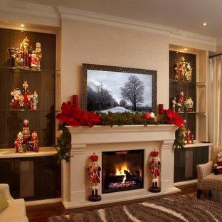Foto de sala de estar abierta, tradicional, pequeña, con paredes beige, suelo de madera en tonos medios, chimenea tradicional y marco de chimenea de piedra