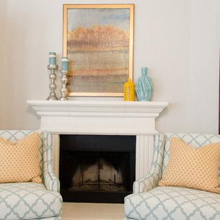 Idee per un grande soggiorno classico aperto con pareti grigie, moquette, camino ad angolo, cornice del camino in pietra e parete attrezzata