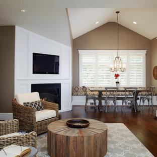 Immagine di un soggiorno minimal di medie dimensioni con camino ad angolo, pareti beige, parquet scuro, cornice del camino in legno e parete attrezzata