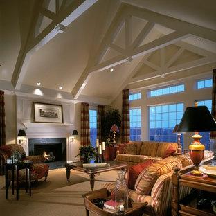 Immagine di un ampio soggiorno tradizionale con pareti bianche, moquette, camino classico e cornice del camino in legno