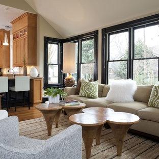 Idee per un soggiorno design aperto con pareti beige, pavimento in legno massello medio e pavimento marrone