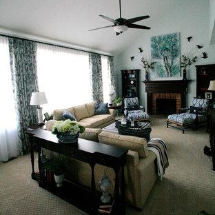 ボルチモアの中サイズのトラディショナルスタイルのおしゃれなファミリールーム (青い壁、カーペット敷き、標準型暖炉、レンガの暖炉まわり、据え置き型テレビ、茶色い床) の写真