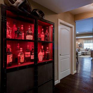 Diseño de sala de estar con barra de bar abierta, romántica, grande, sin chimenea, con paredes beige, suelo de madera oscura y suelo marrón