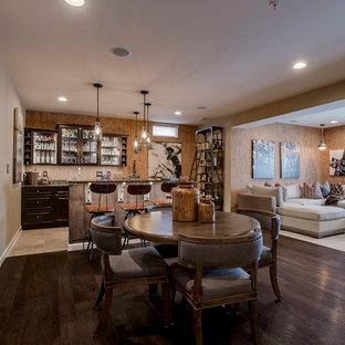 Imagen de sala de estar con barra de bar abierta, romántica, grande, sin chimenea, con paredes beige, suelo de madera oscura y suelo marrón