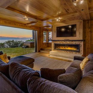 サクラメントの広いラスティックスタイルのおしゃれなオープンリビング (ゲームルーム、茶色い壁、無垢フローリング、横長型暖炉、タイルの暖炉まわり、埋込式メディアウォール) の写真