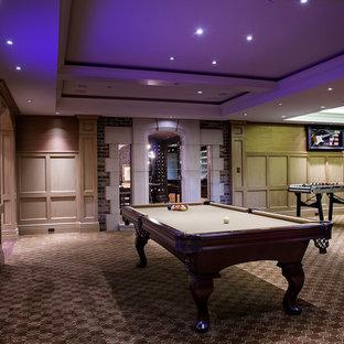 バンクーバーの広いトランジショナルスタイルのおしゃれなファミリールーム (ゲームルーム、埋込式メディアウォール) の写真