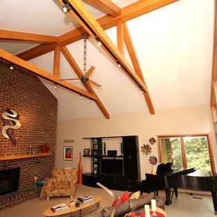 Idee per un soggiorno stile americano di medie dimensioni e aperto con camino classico, cornice del camino in mattoni, sala della musica, pareti bianche, moquette e TV autoportante