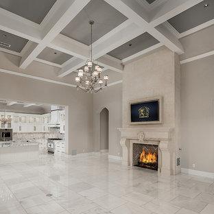 フェニックスの巨大なシャビーシック調のおしゃれなファミリールーム (ホームバー、マルチカラーの壁、大理石の床、標準型暖炉、石材の暖炉まわり、壁掛け型テレビ、マルチカラーの床) の写真
