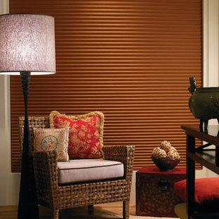 トロントの小さいエクレクティックスタイルのおしゃれな独立型ファミリールーム (ベージュの壁、カーペット敷き、テレビなし、ベージュの床) の写真