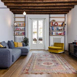 Новый формат декора квартиры: гостиная комната в стиле лофт с белыми стенами, паркетным полом среднего тона и отдельно стоящим ТВ