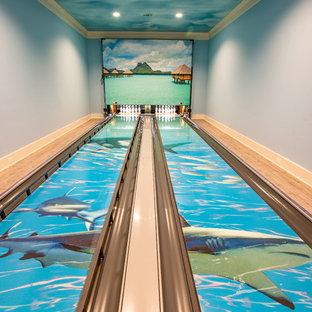 ヒューストンの大きいビーチスタイルのおしゃれなファミリールーム (青い壁、マルチカラーの床) の写真