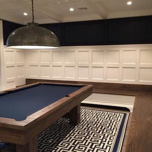 Modelo de sala de juegos en casa abierta, tradicional, grande, con paredes blancas, moqueta, pared multimedia y suelo azul