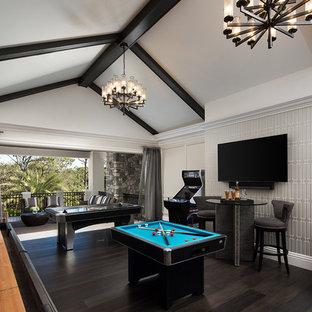 マイアミのトラディショナルスタイルのおしゃれなファミリールーム (マルチカラーの壁、濃色無垢フローリング、茶色い床、ゲームルーム、暖炉なし、壁掛け型テレビ) の写真