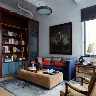 Modelo de sala de estar con biblioteca cerrada, tradicional, de tamaño medio, con paredes blancas