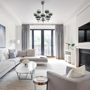 ニューヨークの北欧スタイルのおしゃれなファミリールーム (白い壁、無垢フローリング、横長型暖炉、壁掛け型テレビ) の写真