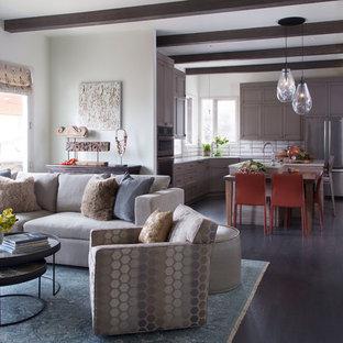 デンバーの中くらいのトランジショナルスタイルのおしゃれなオープンリビング (白い壁、無垢フローリング、壁掛け型テレビ、グレーの床) の写真