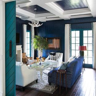 Eklektisk inredning av ett avskilt allrum, med blå väggar, mörkt trägolv, en standard öppen spis, brunt golv och en inbyggd mediavägg