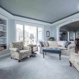 ワシントンD.C.の中くらいのトラディショナルスタイルのおしゃれな独立型ファミリールーム (グレーの壁、カーペット敷き、暖炉なし、壁掛け型テレビ、青い床) の写真