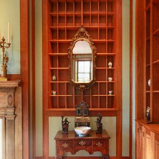 Idee per un grande soggiorno tradizionale aperto con pareti verdi, pavimento in legno massello medio, camino classico, cornice del camino in legno e nessuna TV