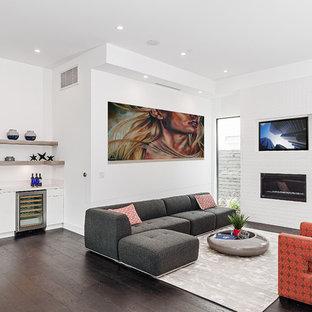 ロサンゼルスの大きいコンテンポラリースタイルのおしゃれなファミリールーム (ホームバー、白い壁、濃色無垢フローリング、標準型暖炉、レンガの暖炉まわり、内蔵型テレビ) の写真
