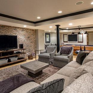 Foto de sala de juegos en casa cerrada, clásica renovada, con paredes grises, suelo de madera clara y televisor independiente