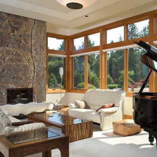 Ispirazione per un soggiorno design con sala della musica, pareti beige, moquette, camino classico e cornice del camino in pietra