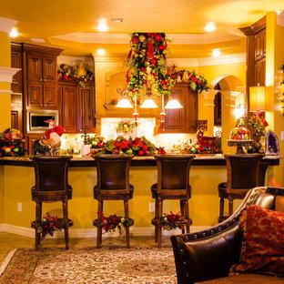 ヒューストンの大きいトラディショナルスタイルのおしゃれなファミリールーム (黄色い壁、セラミックタイルの床、標準型暖炉、石材の暖炉まわり) の写真