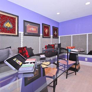 ワシントンD.C.のトランジショナルスタイルのおしゃれな独立型ファミリールーム (ゲームルーム、紫の壁、カーペット敷き) の写真