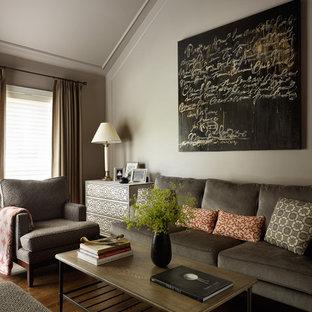 Idee per un soggiorno minimal di medie dimensioni e chiuso con pareti beige, parquet scuro, nessun camino e pavimento marrone