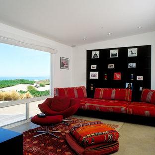 Diseño de sala de estar marinera con suelo de cemento
