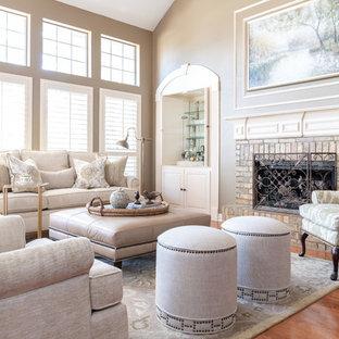 ダラスの中サイズのトラディショナルスタイルのおしゃれなファミリールーム (ホームバー、ベージュの壁、標準型暖炉、レンガの暖炉まわり、茶色い床、無垢フローリング) の写真