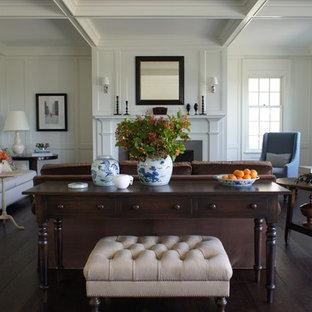 Modelo de sala de estar campestre, sin televisor, con paredes blancas y suelo de madera oscura