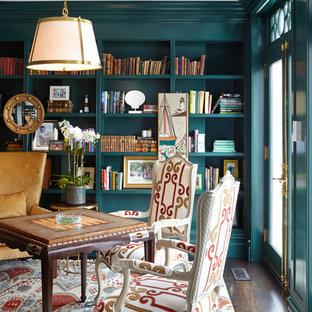 Modelo de sala de estar con biblioteca cerrada, clásica, grande, sin chimenea, con suelo de madera oscura, paredes azules y suelo marrón