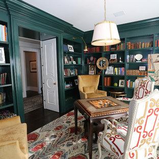 ニューヨークの大きいトラディショナルスタイルのおしゃれな独立型ファミリールーム (ライブラリー、緑の壁、濃色無垢フローリング、暖炉なし、茶色い床) の写真