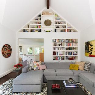 Idéer för vintage allrum, med vita väggar, mörkt trägolv och en inbyggd mediavägg