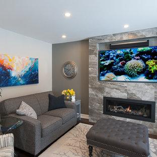 Imagen de sala de estar abierta, clásica renovada, pequeña, con paredes beige, suelo de madera oscura, chimenea lineal y marco de chimenea de baldosas y/o azulejos