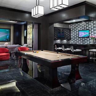 Diseño de sala de juegos en casa tradicional, sin chimenea, con paredes negras, televisor colgado en la pared y suelo negro